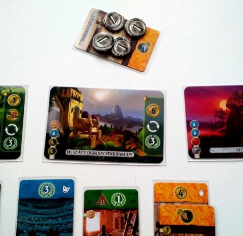 Odrzucając kartę możemy zawsze zyskamy 2 monety plus po jednej dodatkowej za każdą żółtą kartę w naszym mieście