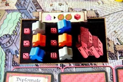 Koszary miejskie z przestawicielami rodów oraz gracza neutralnego.