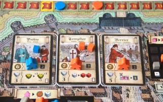 Trzy karty akcji religijnych pod koniec 4 rundy oraz tor punktów wpływów.
